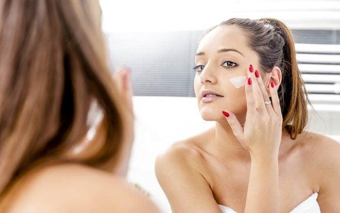 05-moisturize-amazing-tricks-for-healthy-glowing-skin-369664946-Galovtsik-Gabor-ft