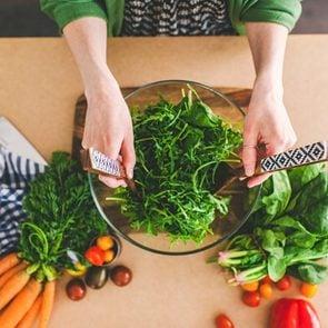 01-salad-tricks-help-lose-weight-making-food