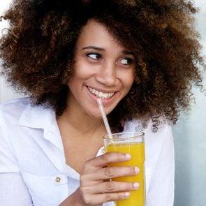 01-vitmin-c-foods-drinking-orange-juice
