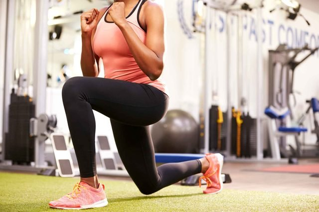 woman exercising doing lunges