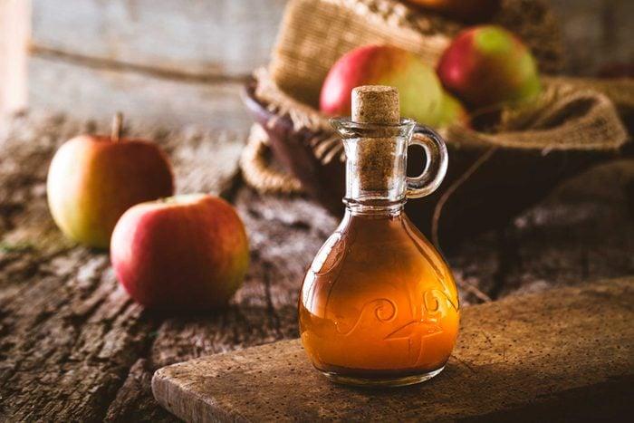 apple cider vinegar and apples