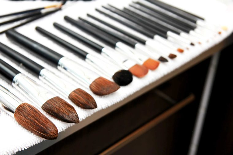 A line of brushes in a row.