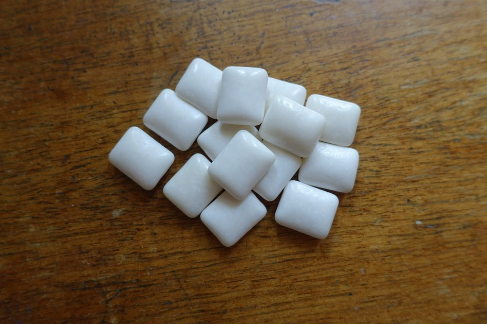 Squares of chewing gum