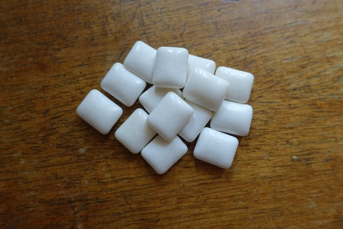 Squares of chewing gum