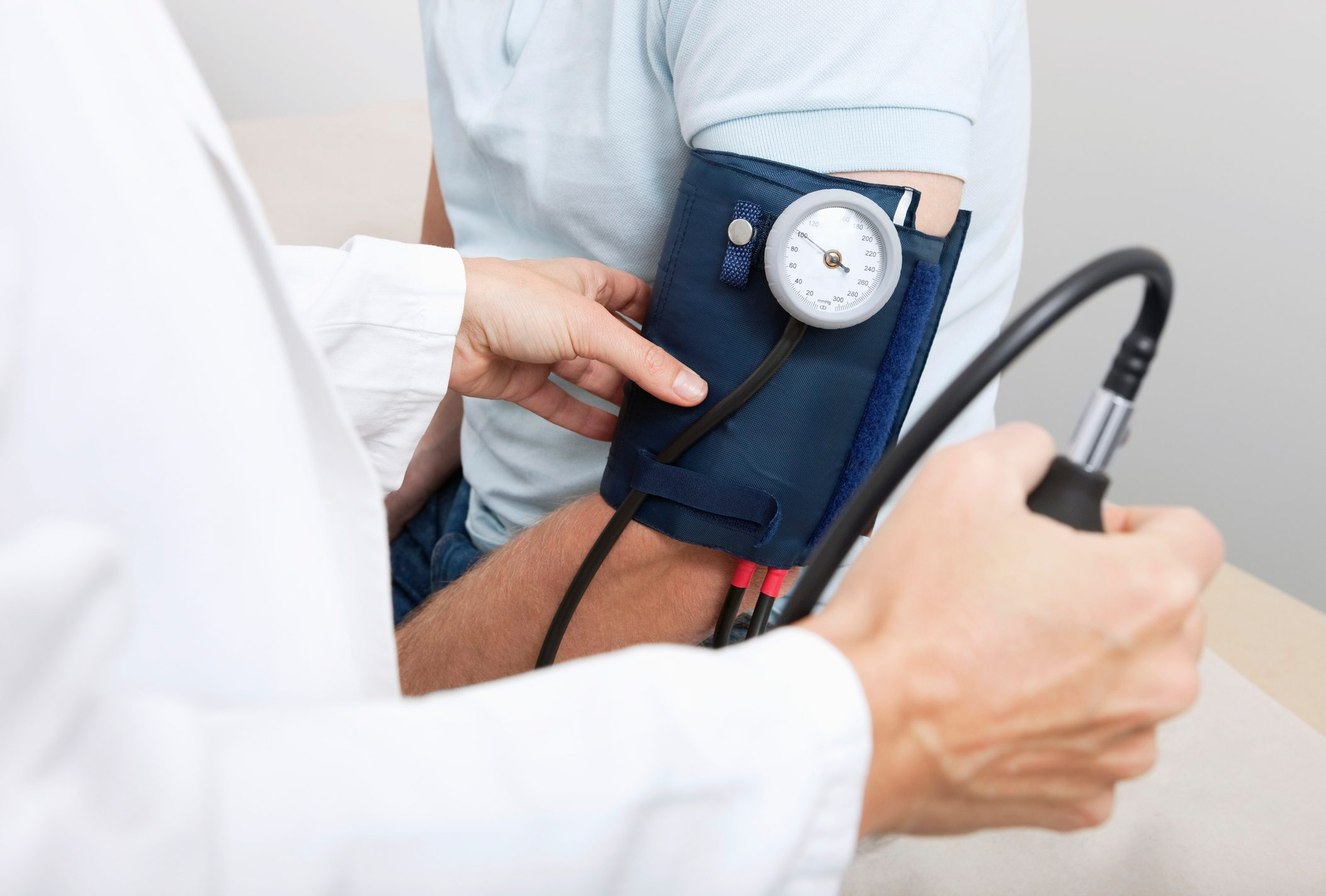 measuring blood pressure close pu
