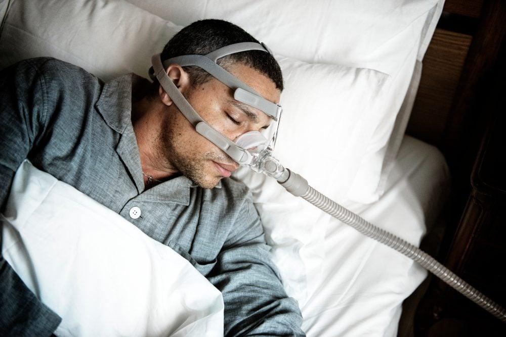 Zieke man met een zuurstofmasker