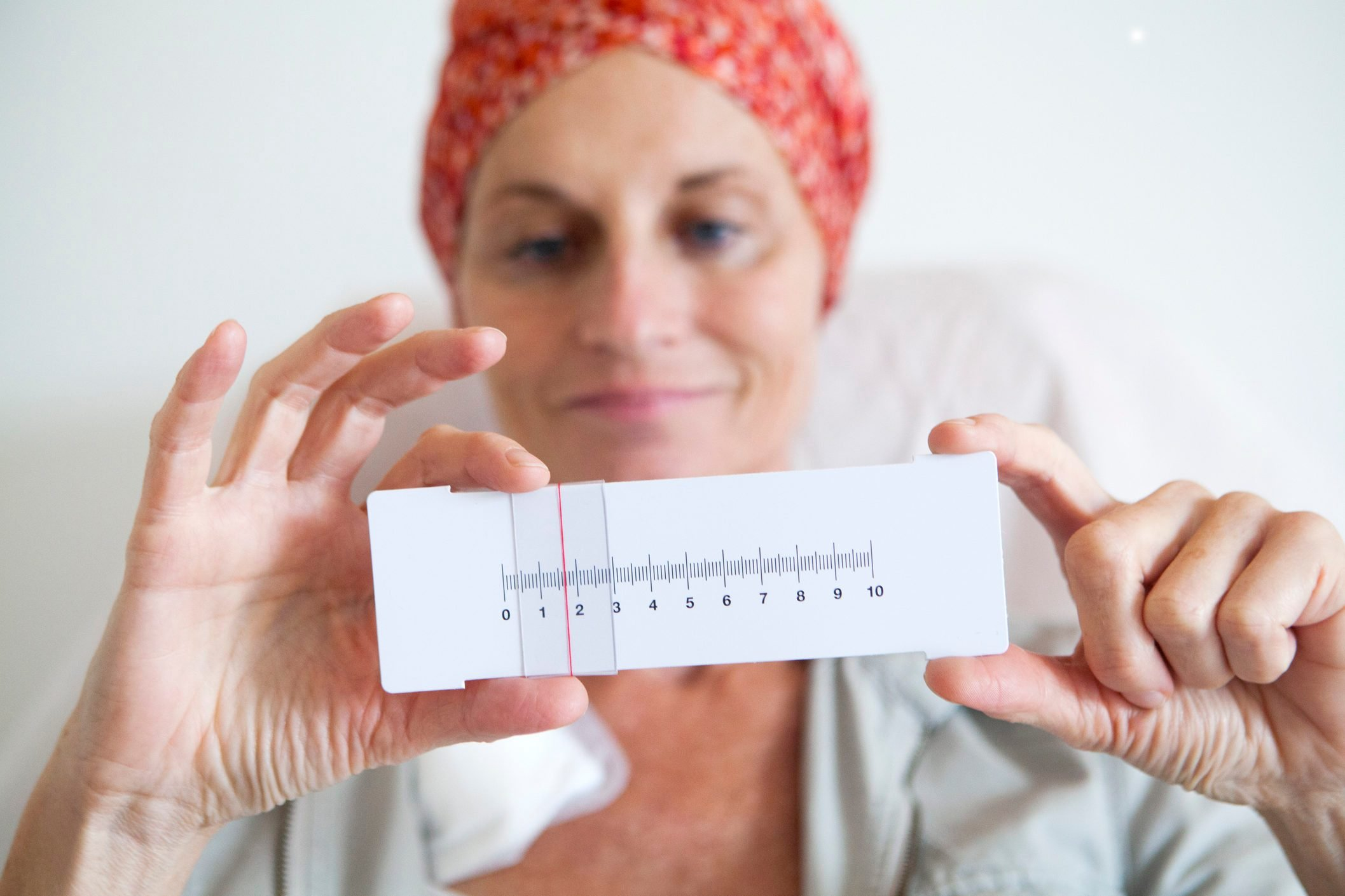 chemotherapy patient holding pain scale