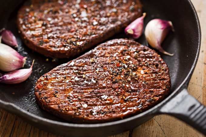 mycoprotien patty - Grilled meat-free steaks with garlic
